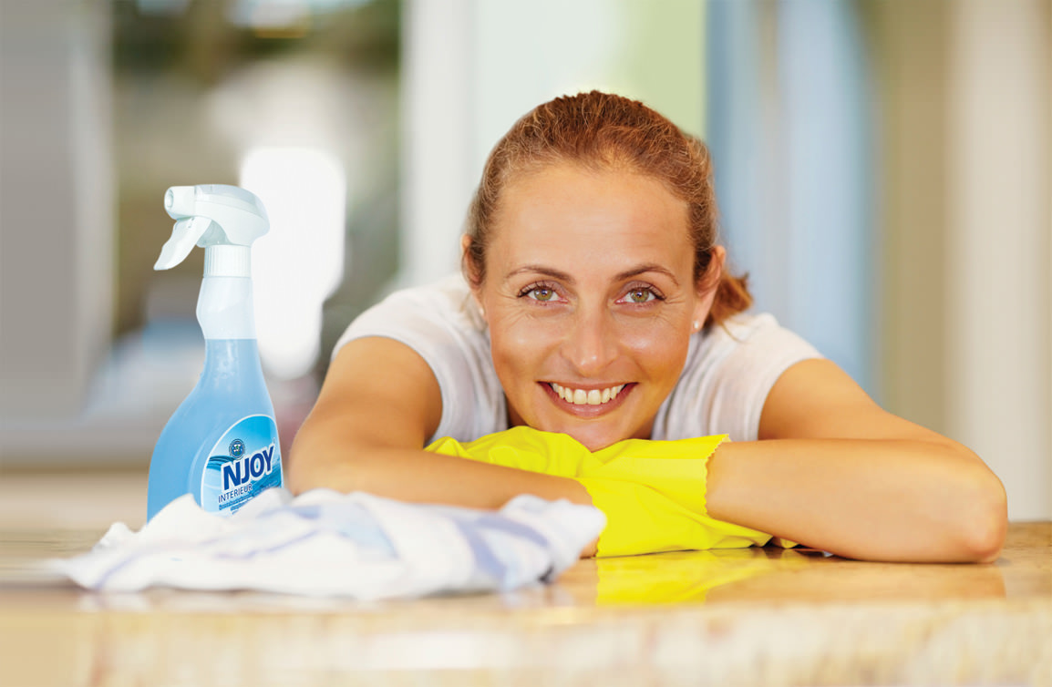 Vrouw met NJOY spray lachend