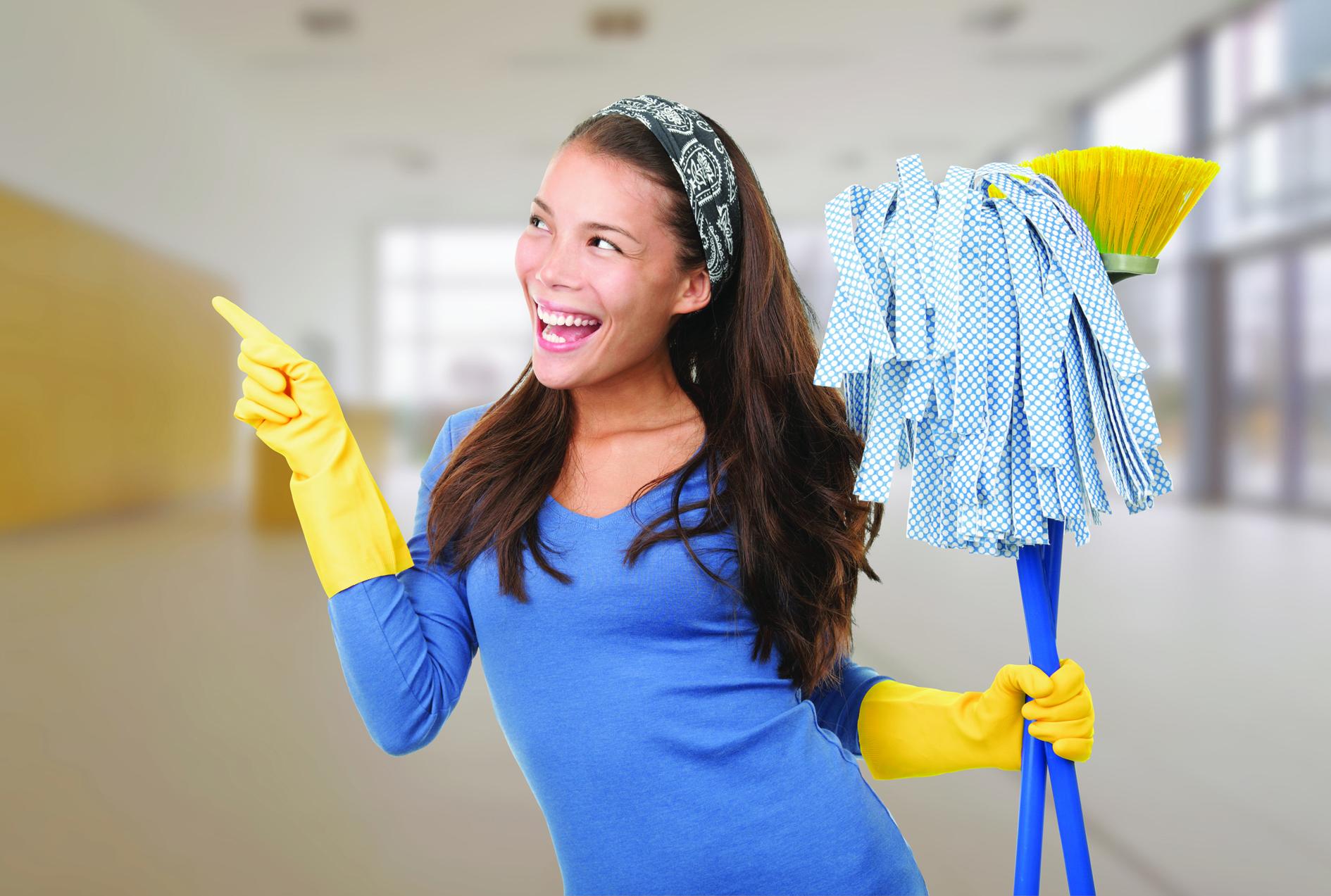Vrouw met schoonmaakspullen